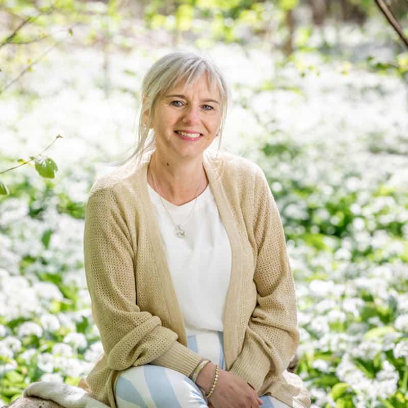Christa Bundgard portræt siddende i naturen