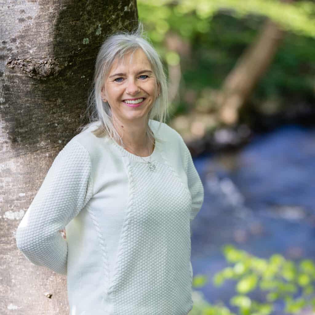 Christa Bundgaard ved træ og vandløb