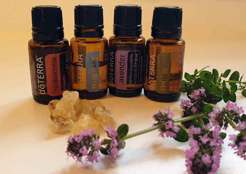 doterra olier i flasker og lavendel blomst