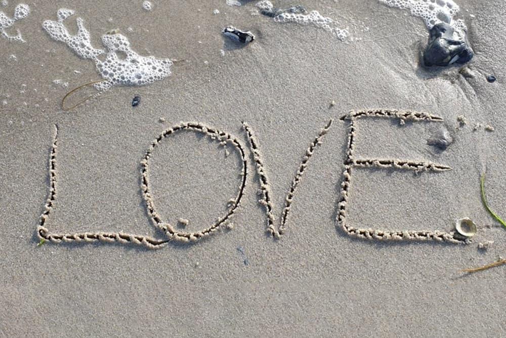 Love skrievet i sandet