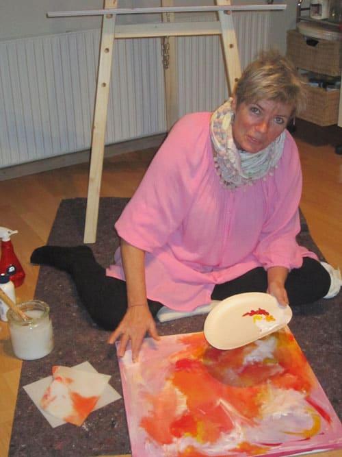 Malerworkshop deltager maler med sine fingre