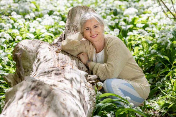 Christa ved træ der er væltet